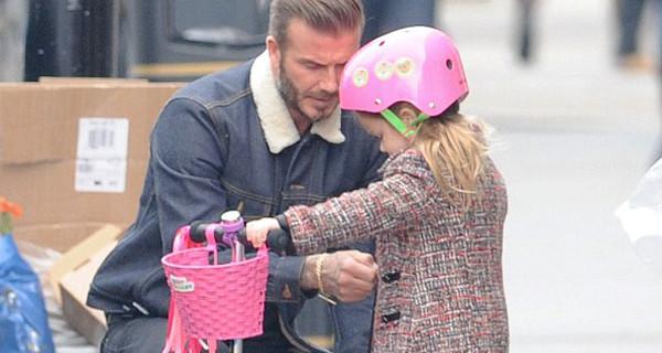 David Beckham papà adorabile con la piccola Harper: il look della baby fashion star