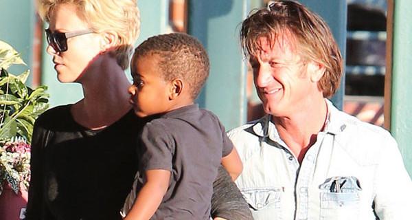 Sean Penn e Charlize Theron genitori: l'attore ha adottato il piccolo Jackson