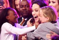 """Angelina Jolie è la """"Cattiva"""" più amata: la gioia delle sue bimbe ai Kids' Choice Awards"""