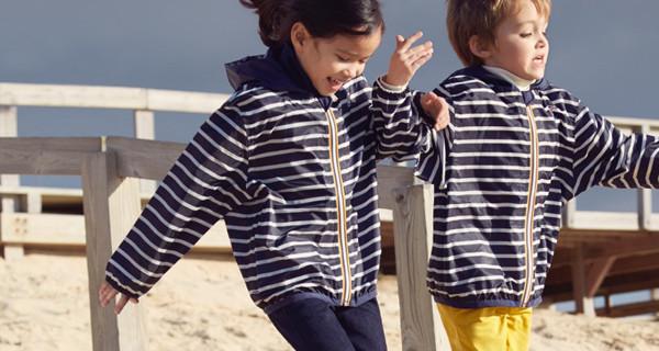 K-Way e Petit Bateau: il classico impermeabile diventa a righe blu navy e bianche