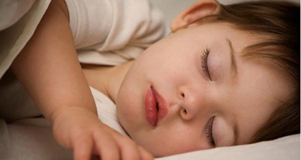 """Come insegnare ai bambini a dormire nel loro lettino? Con la """"tecnica delle carezze"""""""