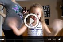 La bimba di 6 anni che balla con la mamma incinta di 8 mesi: il video che è diventato virale