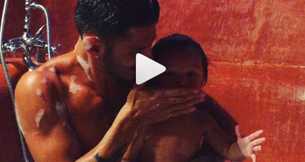 Stefano e Santiago che fanno il bagno: Belen pubblica un nuovo video e il web si scatena