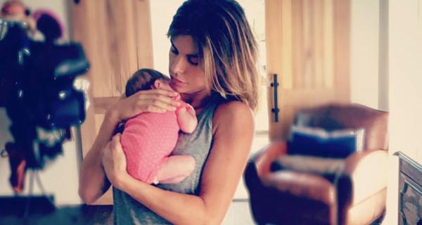 Elisabetta Canalis mamma al settimo cielo: l'abbraccio con la piccola Skyler Eva diventa virale