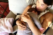 Elisabetta Canalis mamma sempre più dolce con la piccola Skyler: prima le coccole, poi al lavoro!