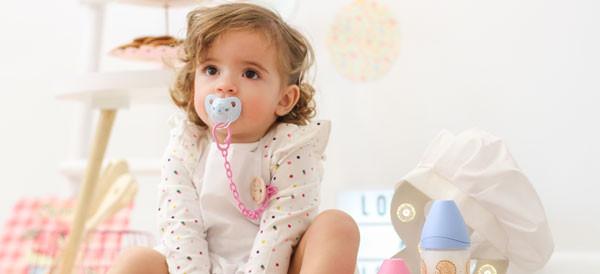 Suavinex presenta la nuova divertente collezione per neonati: biberon e succhietti