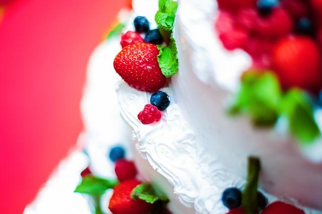 La ricetta per una buonissima torta fredda allo yogurt con le fragole